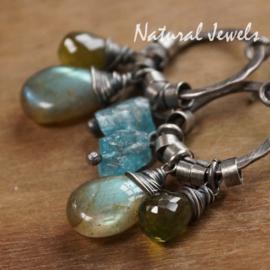 Zilveren oorbellen blauw en groene edelstenen
