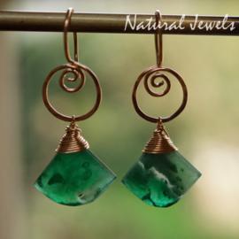 Groene edelsteen oorbellen van goud