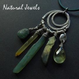Robuuste zilveren hanger met groene en gele edelstenen