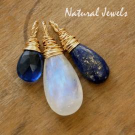 Gouden edelstenen hangertjes in donkerblauw