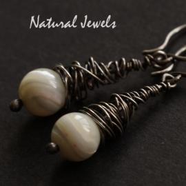 Zilveren oorbellen met half-edelsteen in cocon