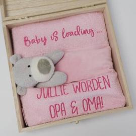 Houten giftbox tutdoekje roze | Hoera, jullie worden opa en oma!