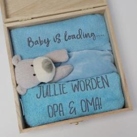 Houten giftbox tutdoekje blauw | Hoera, jullie worden opa en oma!