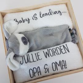 Houten giftbox labeldoekje grijs | Hoera, jullie worden opa en oma!
