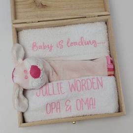 Houten giftbox labeldoekje roze | Hoera, jullie worden opa en oma!