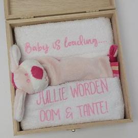 Houten giftbox labeldoekje roze | Hoera, jullie worden oom en tante!