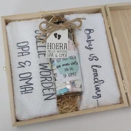 Houten giftbox flesje grijs | Hoera, jullie worden opa en oma!