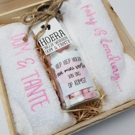 Houten giftbox flesje roze | Hoera, jullie worden oom en tante!