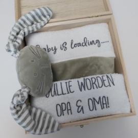 LET OP.......Houten giftbox labeldoekje grijs | Hoera, jullie worden opa en oma!