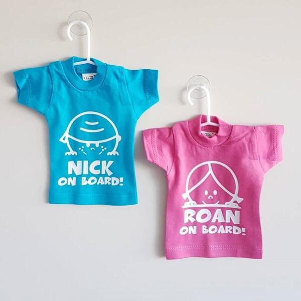 Mini t-shirt on board met naam
