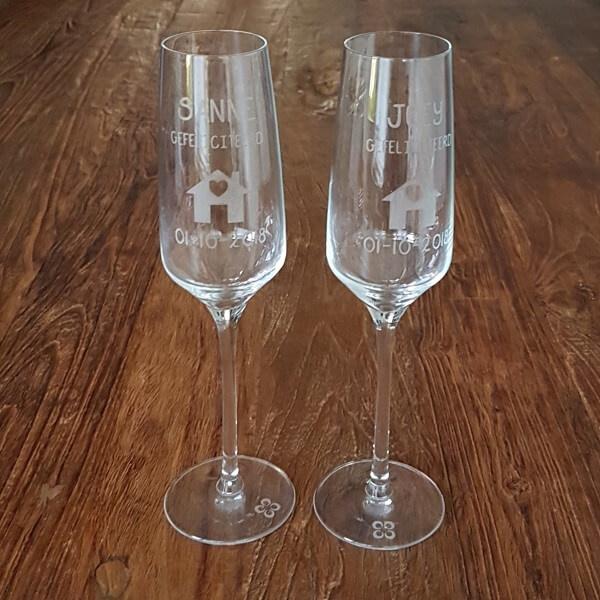 Champagne glazen   naam, datum en huis