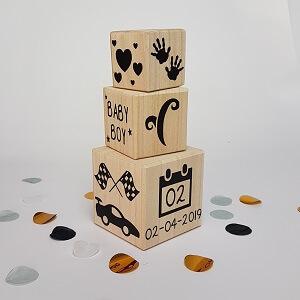 Geboorte toren van houten kubussen