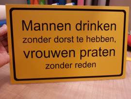 Tekstbordje: Mannen drinken
