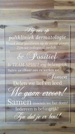 Tekstbord plexiglas: Bij ons op plikliniek dermatologie