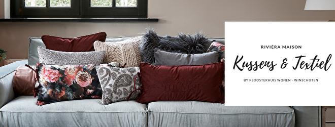 Kloosterhuis Wonen en Cadeaus biedt een ruim aanbod aan kussens, quilts, plaids en keukentextiel van Rivièra Maison.  Bij ons vindt u passend textiel, voor zowel in de woonkamer, eetkamer, keuken, badkamer en natuurlijk slaapkamer.