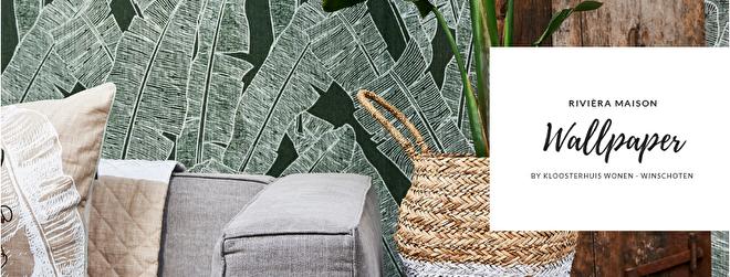 De muren in huis zijn sfeerbepalend. Donker of licht, glad of met een reliëf: structuur en kleur creëren een heel ander effect. Met de uitgebreide behangcollectie van Rivièra Maison kiest u een passend patroon en kleur, waarmee u uw huis helemaal eigen maakt. Maak uw eigen statement in huis met de bijzonder getextureerde behangcollectie. Het behang oogt en voelt als natuurlijke, ruwe materialen en geeft een ruige maar warme uitstraling. Dit artikel wordt door ons niet online verkocht, alleen bij ons in de winkel. Kom eens langs om het bahngboek te bekijken en zeker ook te voelen. We adviseren u graag!