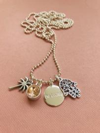 Be Lovely - Zilverkleurige ketting, met zalmkleurige swarovski, palmboom en fatima hand