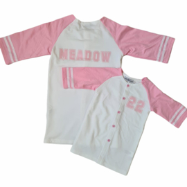 Buttoned baseball tee - pink (gepersonaliseerd)