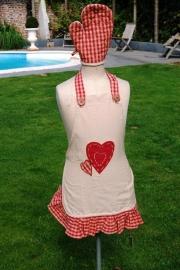 Kinderschort beige, rood hart + ovenwant + 1 naam geborduurd
