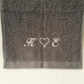 Bad handdoek donker grijs (100 x 150) + 1 naam geborduurd