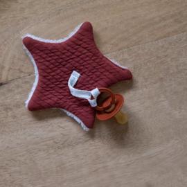 """Speendoekje """"Little Dutch"""" ster, indian red, met of zonder naam geborduurd"""