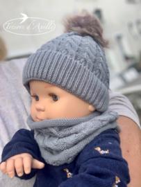 Baby muts + snood met pompon in faux fur (0-12mnd) grijs, met of zonder naam geborduurd