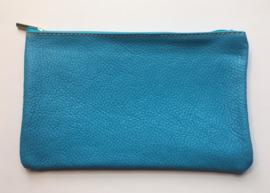 Pochette, leder, turquoise met naam geborduurd