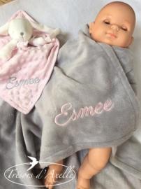 Voorbeelden Baby fleecedekentje met + 1 naam geborduurd