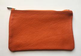 Pochette, leder, donker oranje met naam geborduurd