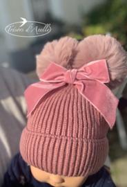 Baby muts met 2 pompons in faux fur (0-2j) roos, met of zonder naam geborduurd