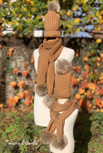"""Set """"Mum & Child"""": muts + sjaal mama  & muts + sjaal kind+ pompon in faux fur, almond, met of zonder namen geborduurd"""