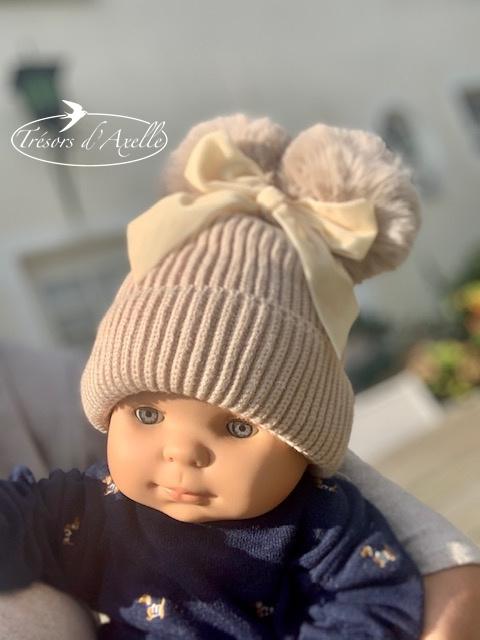 Baby muts met 2 pompons in faux fur (0-2j) beige, met of zonder naam geborduurd