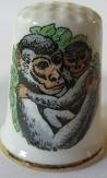 Vingerhoed - 027 - porselein - aap met jong - Thimble - bone china - monkey and cub