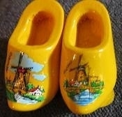Klompen broche met molen - geel - Wooden shoes brooche with windmill - yellow