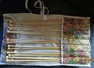 Etui met 8 pr bamboe breinaalden - Tapestry - Tote with 8 pairs of bamboo kn. needles
