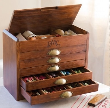 DMC - Houten Garenkast met 500 strengen Mouliné - Wooden Box with 500 skeins Mouliné