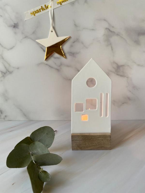 Porseleinen waxine lichtobject Huisje 5.5 x 6 x 12.5 cm | Hout & Mat wit porselein | Räder | Art. 89873