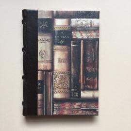 Handgemaakt notitieboek met zwart lederen rug en vintage design van oude boeken.