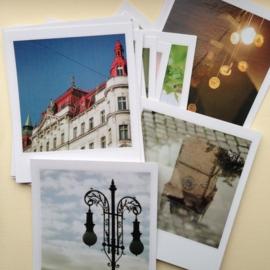 Postkaarten van retro stedenfoto`s in Polaroid stijl, in bewaarblikje