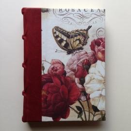 Handgemaakt adresboek met donkerbruin leren kaft met vintage wereldkaart tekening.