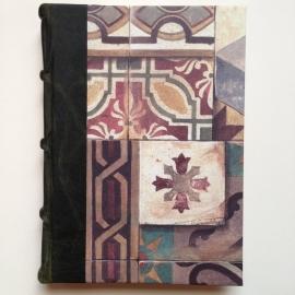 UITVERKOCHT: Handgemaakt notitieboek/ schrift (dik formaat) met donkergroen leren kaft en tekeningen van antieke tegels