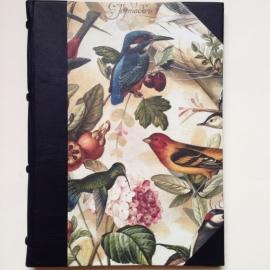 Handgemaakte Ipad cover met zwarte leren rug en vintage tekeningen van vogels.