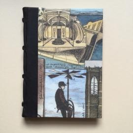 Handgemaakt notitieboek met zwart lederen rug en design van vintage uitvindingen.