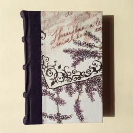 Handgemaakt notitieboek/ schrift met donkerpaars leren kaft met vintage tekeningen van lavendel bloemen.
