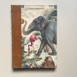 *** UITVERKOCHT *** Handgemaakt notitieboek met lichtbruin lederen rug en vintage wilde dieren tekening.