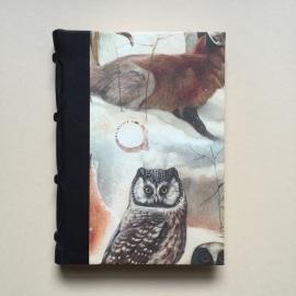 Handgemaakt notitieboek met zwart lederen rug en vintage vos en uil tekening.