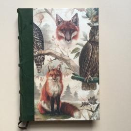*** UITVERKOCHT *** Handgemaakt notitieboek GROOT formaat met donkergroen lederen rug en vintage uil en vos tekening.