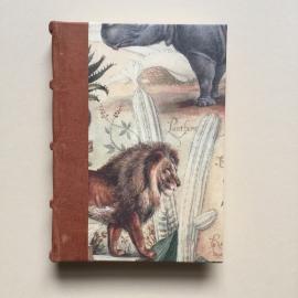 *** UITVERKOCHT *** Handgemaakt notitieboek (Dik formaat) met lichtbruin lederen rug en vintage wilde dieren tekening.