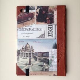 Handgemaakte Ipad mini cover met leren rug en vintage tekening van reizen.