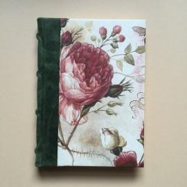 Handgemaakt notitieboek met donkergroen lederen rug en vintage rozen tekening.